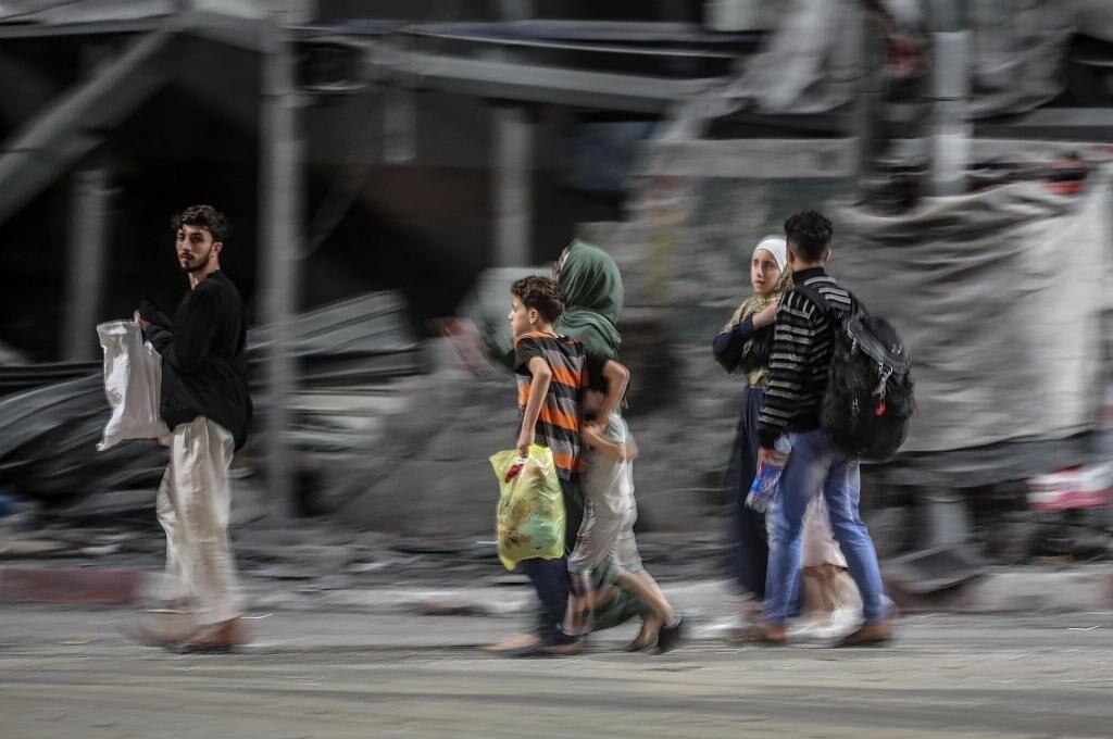 """رعب و وحشت کودکان بر اثر بمبگذاری های اسرائیل در غزه: """"مادر ، سیمریموس ، من می خواهم با تو در آغوشم دفن شوم"""""""
