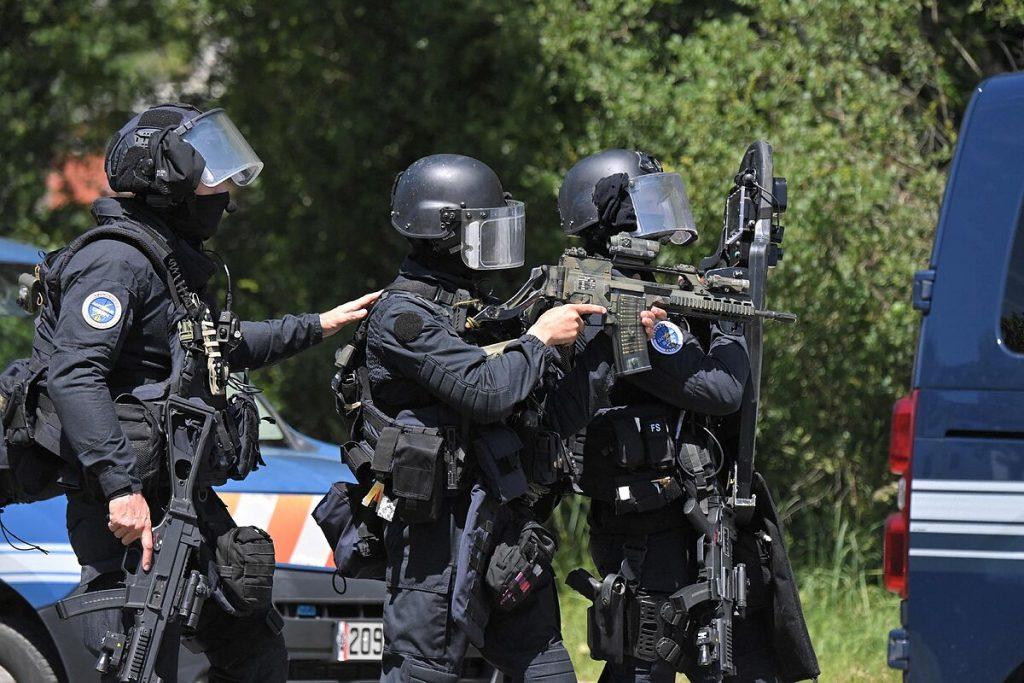 حمله چاقو در نانت: اسلامگرایان پس از ضرب و شتم یک افسر پلیس کشته شدند