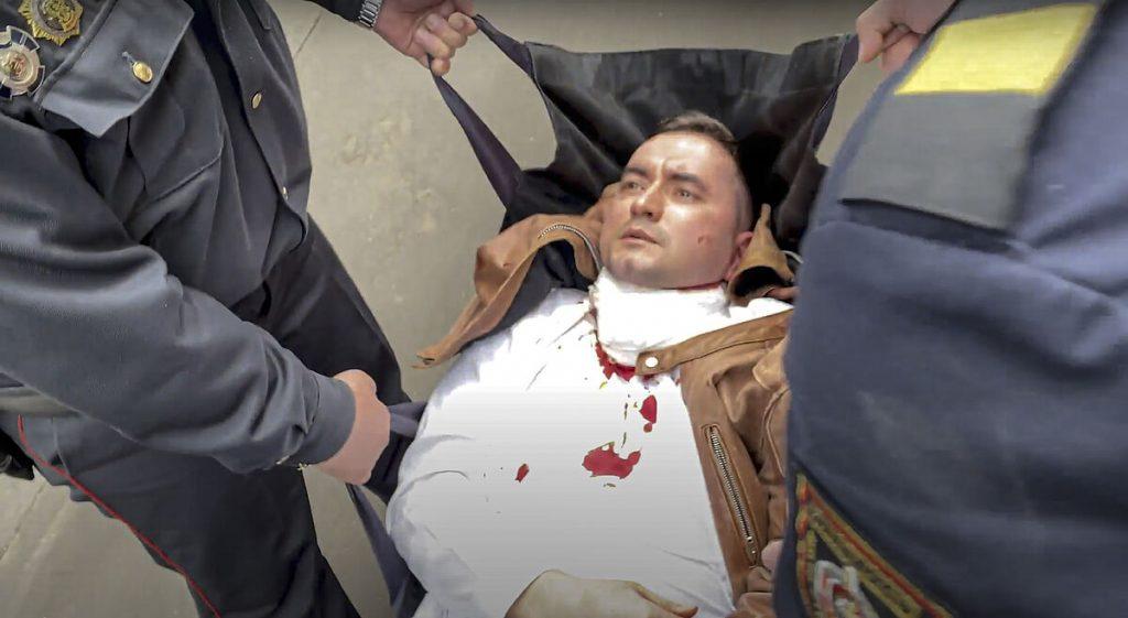 یک مخالف بلاروسی سعی می کند گردن خود را با قلم در طول دادرسی برش دهد
