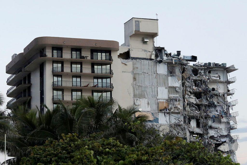 دست کم چهار نفر کشته و 159 نفر مفقود شده اند که در اثر سقوط یک ساختمان 12 طبقه در ساحل میامی