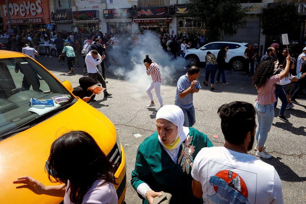 فلسطینی ها از رئیس جمهور ابومازن می خواهند که پس از مرگ یک مخالف در بازداشت ، آنجا را ترک کند
