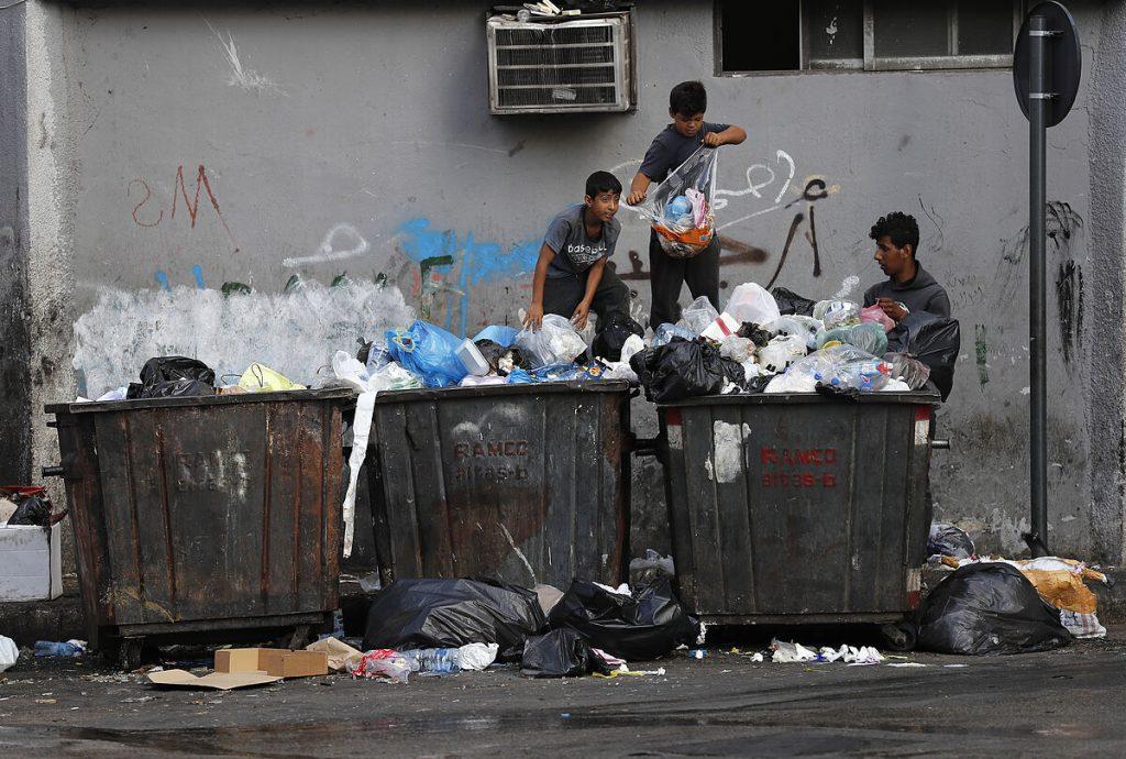 کمبود غذا ، دارو و سوخت لبنان را درگیر کرده است