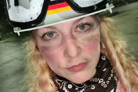 آنها در تلاش هستند یک زن جوان آلمانی را که از معترضان در کلمبیا حمایت می کرد ، بکشند