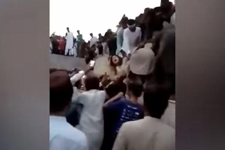 جمعیت 400 نفره لباس شخصی را پوشیده و به یک کاربر TikTok در لاهور حمله کردند