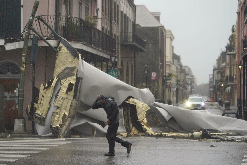 طوفان ایدا یک کشته و تمام نیواورلئان را بدون نور با وزش باد 240 مایل در ساعت برجا می گذارد
